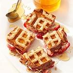 Полезный завтрак: вафельные сэндвичи с клубникой и сливочным сыром