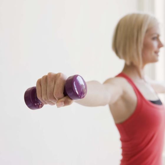 Домашние упражнения с гантелями для женщин: видео