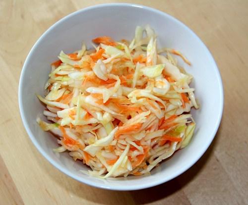 Салат с капустой и крабовыми палочкам и фасолью