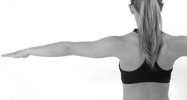 Очерчивание кругов руками упражнение