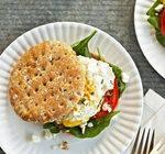 Средиземноморский завтрак: сэндвич с помидором, яйцом и сыром Фета