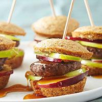 Диетический завтрак: сэндвич из кукурузного маффина с котлетой из индейки