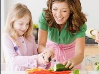 Ребенок на кухне: приучаем готовить и правильно питаться