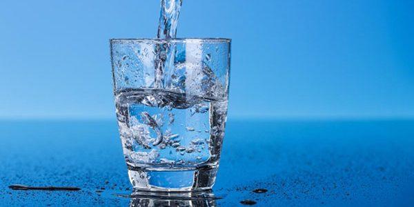 Стакан воды натощак по утрам: польза и вред для организма