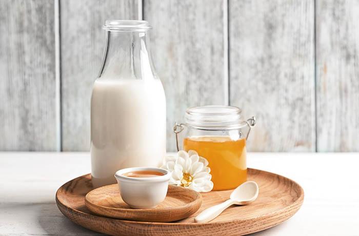 Теплое молоко с медом — напиток от бессонницы