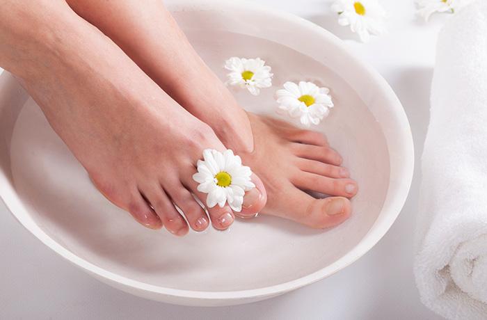 Ванночка для ног: 7 самых эффективных и проверенных рецептов