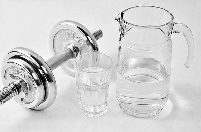 Можно ли пить воду во время тренировки: мнение ученых