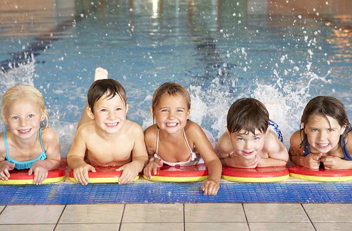 Как научиться плавать в бассейне