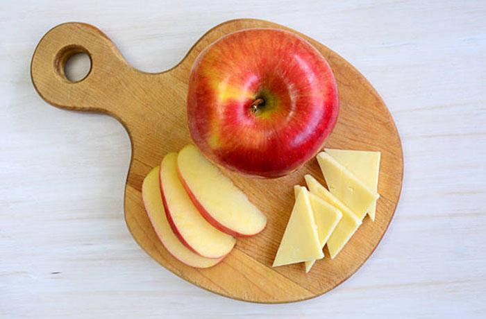 Яблоко, сыр, хлеб