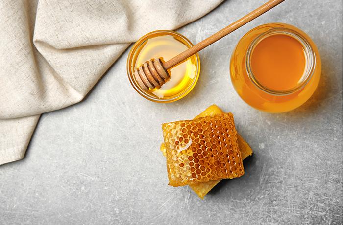 Мед в сотах: в чем польза, как употреблять и можно ли есть пчелиный воск