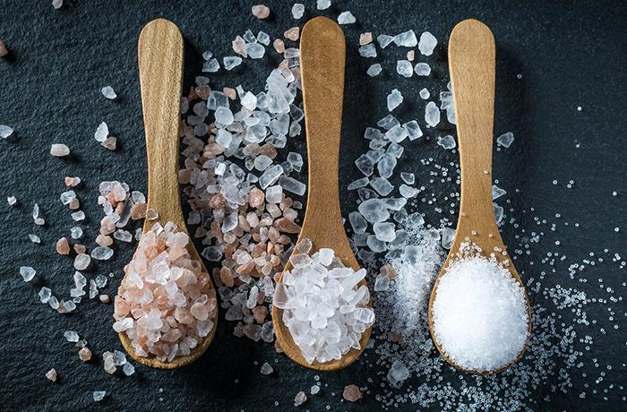 Розовая или белая: какую соль лучше употреблять в пищу
